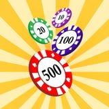 O grupo de casino colorido lasca-se em um fundo radial amarelo Fotografia de Stock