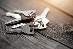 O grupo de chaves em uma tabela de madeira Imagens de Stock