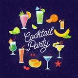 O grupo de cocktail coloridos saborosos vector o projeto liso isolados na obscuridade - fundo azul Vetor dos cocktail e dos fruto Fotografia de Stock