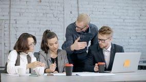 O grupo de colegas é de discussão e de fala sobre serviços novos para clientes video estoque