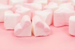 O grupo de coração deu forma a doces cor-de-rosa e brancos do marshmallow Imagem de Stock Royalty Free