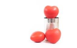 O grupo de coração vermelho no metal pode isolado no fundo branco, Cha imagem de stock