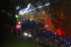 O grupo de corredores no azul veste-se, mostra do laser Foto de Stock Royalty Free