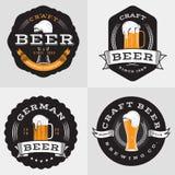 O grupo de crachás, de bandeira, de etiquetas e de logotipo para a cerveja, bebida, bebe Elementos do projeto do vintage Fotografia de Stock