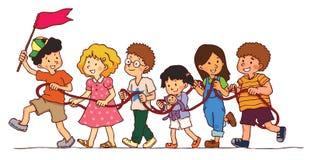 O grupo de crianças está jogando o trem da corda Foto de Stock