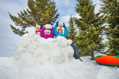 O grupo de crianças felizes joga o jogo das bolas de neve junto Imagens de Stock