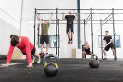 O grupo de Crossfit treina exercícios diferentes Fotografia de Stock