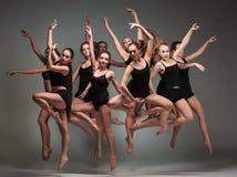 O grupo de dançarinos de bailado moderno fotos de stock