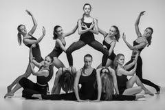 O grupo de dançarinos de bailado moderno imagens de stock