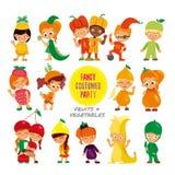O grupo de desenhos animados bonitos caçoa em trajes extravagantes das frutas e legumes Fotos de Stock Royalty Free