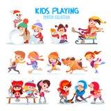 O grupo de desenhos animados felizes caçoa o jogo fora no inverno Foto de Stock Royalty Free