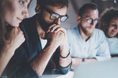 O grupo de empresários novos está procurando uma solução do negócio durante o processo do trabalho no escritório da noite Ilustra imagens de stock