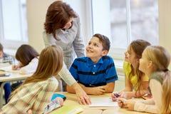 O grupo de escola caçoa o teste da escrita na sala de aula Imagem de Stock Royalty Free