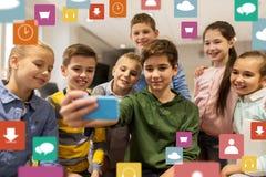 O grupo de escola caçoa a tomada do selfie com smartphone Fotos de Stock Royalty Free