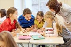 O grupo de escola caçoa o teste da escrita na sala de aula Foto de Stock Royalty Free