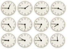 O grupo de escritório cronometra mostrar o vário tempo isolado no fundo branco foto de stock royalty free