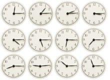 O grupo de escritório cronometra mostrar o vário tempo isolado no fundo branco imagens de stock royalty free