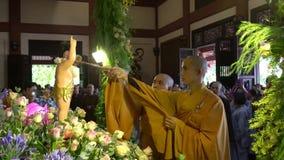 O grupo de estátua vietnamiana da Buda do banho das monges de budistas refina o corpo e o espírito no aniversário da Buda