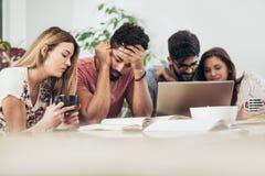O grupo de estudantes estuda em casa imagem de stock royalty free