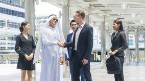 O grupo de executivos globais do homem e a mulher agita a mão Imagens de Stock