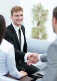 O grupo de executivos novos recolheu junto a discussão do crea Imagem de Stock Royalty Free