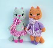 O grupo de feito a mão faz crochê a boneca cinzenta do gato no fundo branco foto de stock
