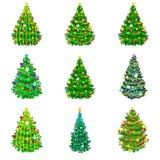 O grupo de feriado decorou a árvore de Natal para comemora xmass com os doces das luzes das estrelas das velas dos sinos do ouro  ilustração royalty free