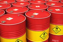 O grupo de fileiras do vermelho empilhou cilindros de óleo no armazém de armazenamento Fotografia de Stock Royalty Free