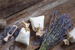 O grupo de flores da alfazema e de três saquinhos encheu-se com a alfazema Fotos de Stock Royalty Free