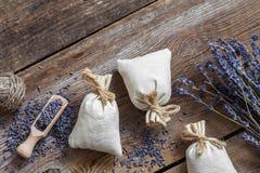 O grupo de flores e de saquinhos da alfazema encheu-se com a alfazema secada Fotos de Stock Royalty Free