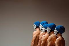 O grupo de homens caucasianos nas máscaras e nos chapéus brancos, calças de brim Fotografia de Stock