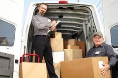 O grupo de homens de entrega aproxima o caminhão do transporte fotos de stock royalty free