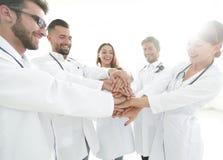 O grupo de internos médicos mostra sua unidade Imagens de Stock Royalty Free