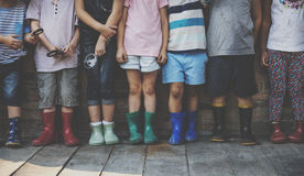 O grupo de jardim de infância caçoa os amigos que guardam a lupa para imagem de stock