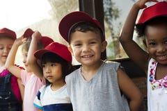 O grupo de jardim de infância caçoa os fazendeiros pequenos que aprendem a jardinagem Imagem de Stock
