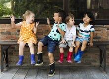 O grupo de jardim de infância caçoa os fazendeiros pequenos que aprendem a jardinagem Imagens de Stock Royalty Free