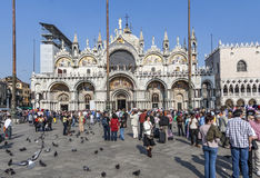 O grupo de jovens levanta na frente da basílica da igreja de san Marco Foto de Stock