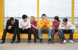 O grupo de jovens senta-se Fotografia de Stock Royalty Free