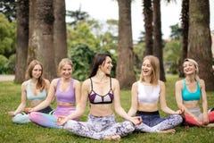 O grupo de jovens tem a meditação na classe da ioga Conceito da ioga imagens de stock