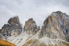 O grupo de Langkofel no italiano: Gruppo del Sassolungo a montanha do maciço nas dolomites ocidentais imagens de stock royalty free