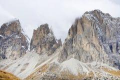 O grupo de Langkofel no italiano: Gruppo del Sassolungo a montanha do maciço nas dolomites ocidentais imagens de stock