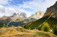 O grupo de Langkofel no italiano: Gruppo del Sassolungo a montanha do maciço nas dolomites ocidentais foto de stock royalty free