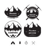 O grupo de logotipos e de crachás do vintage no tema da montanha aventura-se Imagem de Stock Royalty Free