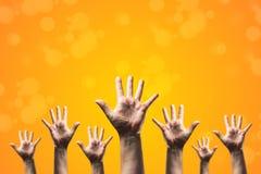 O grupo de mão levanta acima muitos povos, dia voluntário internacional e conceito do serviço comunitário imagens de stock royalty free