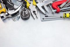 O grupo de mão utiliza ferramentas incluir o martelo, a braçadeira, as chaves de fenda e o othe Imagem de Stock
