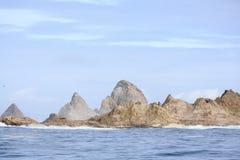 O grupo de mar das ilhas de Farallon empilha fora da costa de San Francisco no golfo de Farallon em um ensolarado, dia fotos de stock royalty free