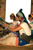 O grupo de menina de Kayan Lahwi está tecendo Fotografia de Stock Royalty Free