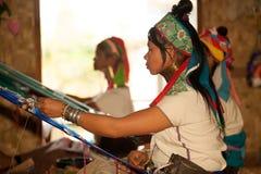 O grupo de menina de Kayan Lahwi está tecendo Fotografia de Stock