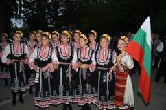 O grupo de meninas búlgaras em trajes tradicionais Imagens de Stock Royalty Free
