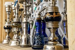 O grupo de metal shinny as tubulações de água do shisha para o cigarro de fumo em um carvão quente fotos de stock royalty free